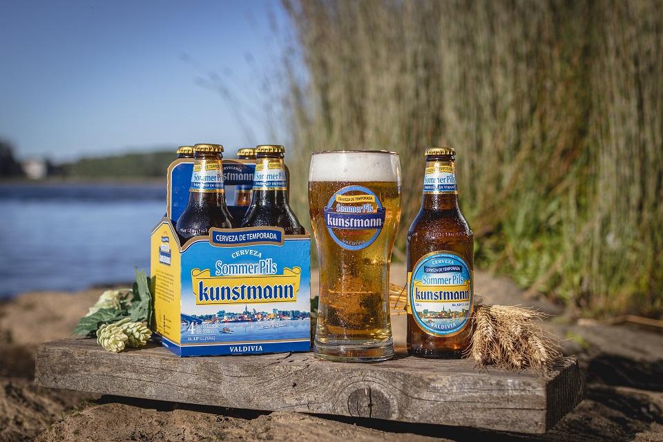 Valdivianos simbolizan su verano en una refrescante cerveza.
