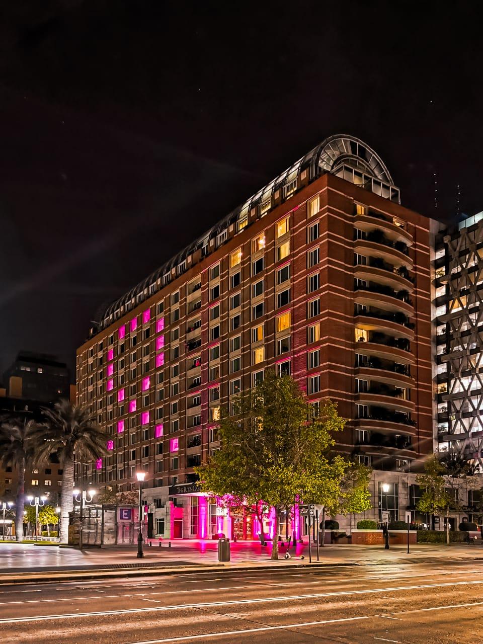 The Ritz Carlton Santiago se viste de Rosa